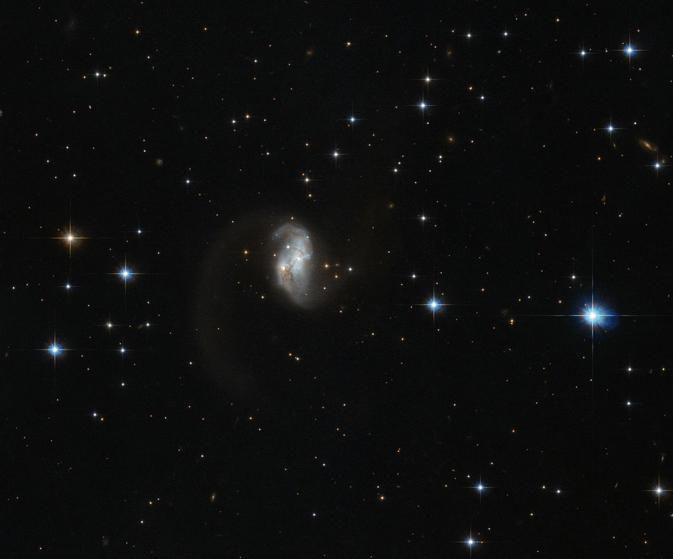 Хаббл откапывает светящегося галактического червяка