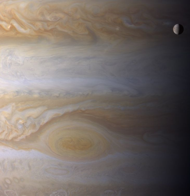 Фотография Европы, пролетающей над облачным покровом Юпитера