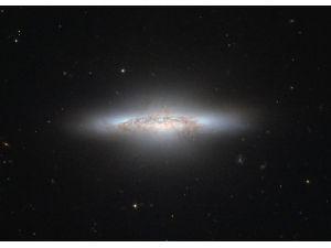 Хаббл замечает цветную линзовидную галактику