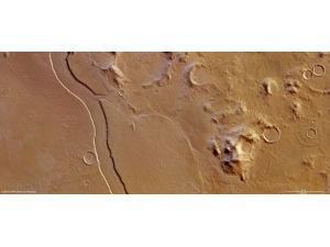 Mars Express сделал снимок высохшего русла реки, протекавшей в прошлом по поверхности Марса