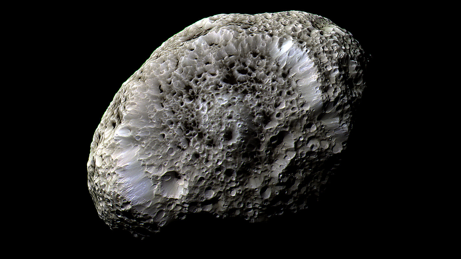 Гиперион «ударил» током пролетавший вблизи Кассини