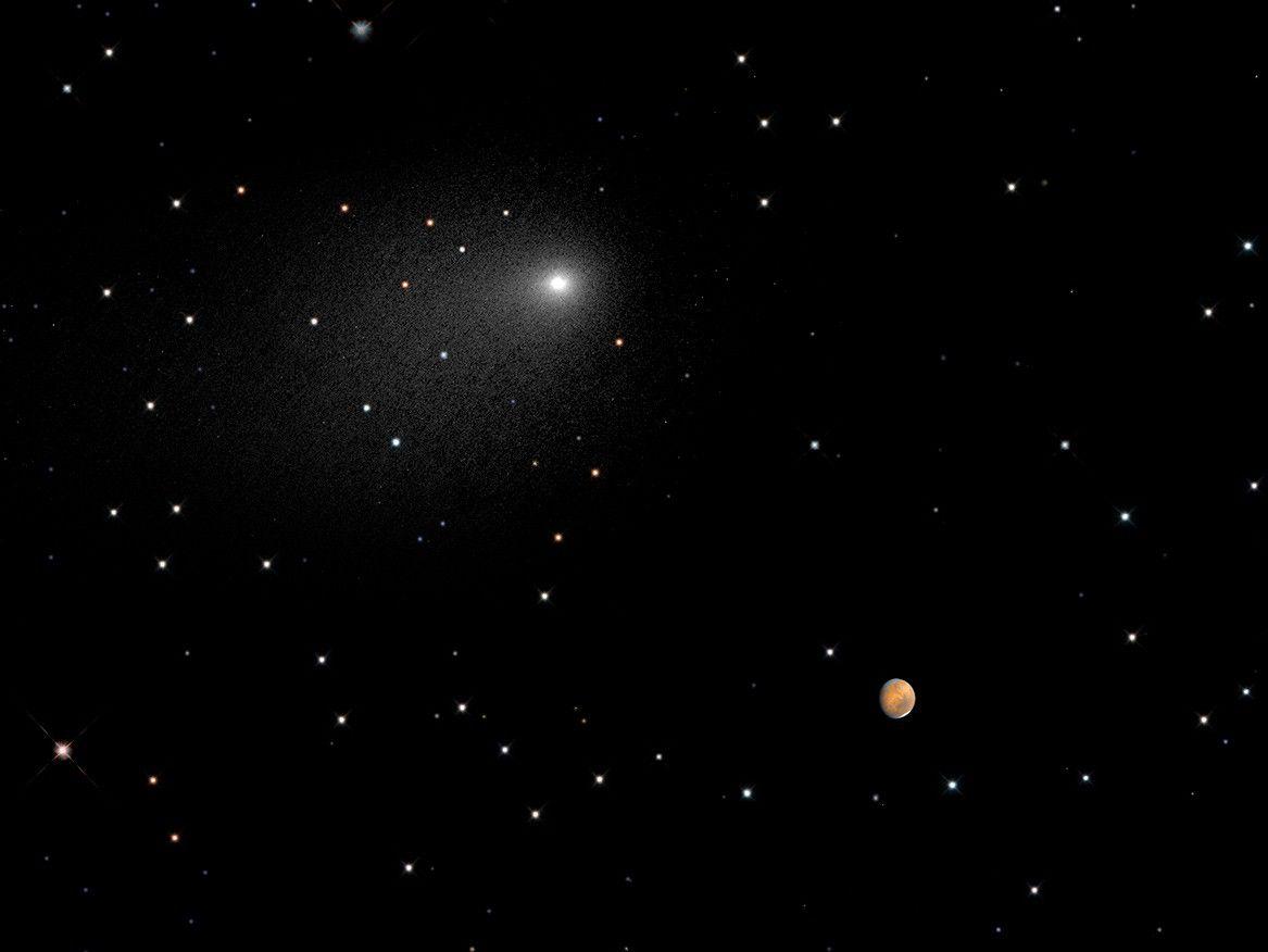 Составное изображение Марса и кометы Siding Spring, полученное благодаря Хаббл (2 фото)