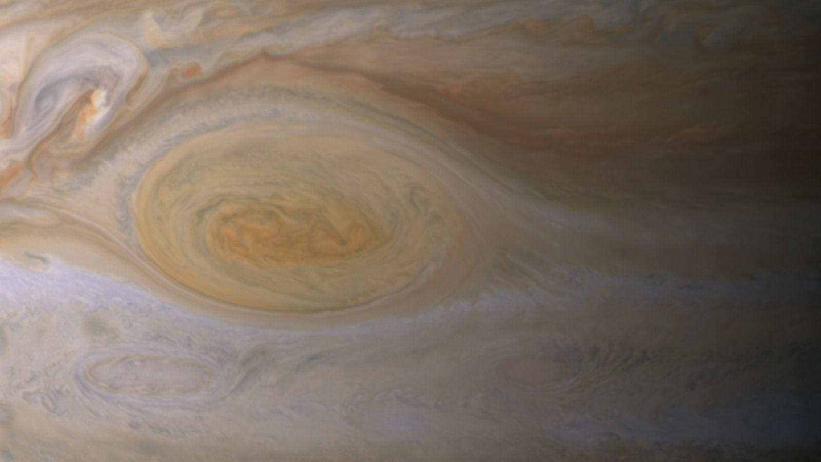 На Юпитере обнаружили красное пятно, которое может быть причиной солнечного воздействия (3 фото)