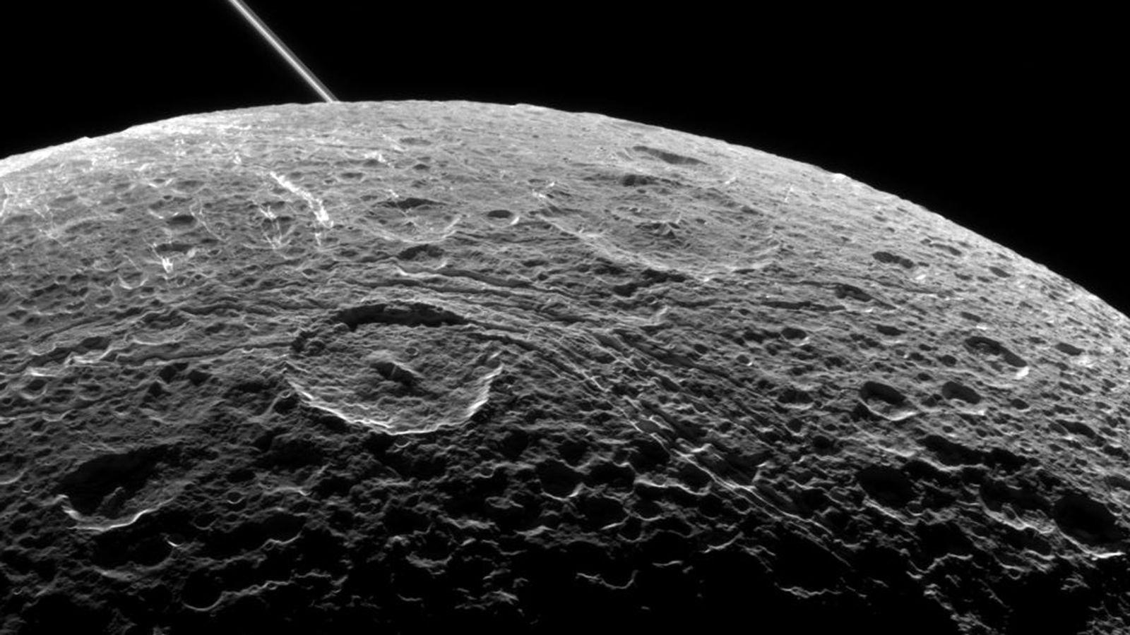 Космос наладони: NASA показало изумительное фото четвертого спутника Сатурна