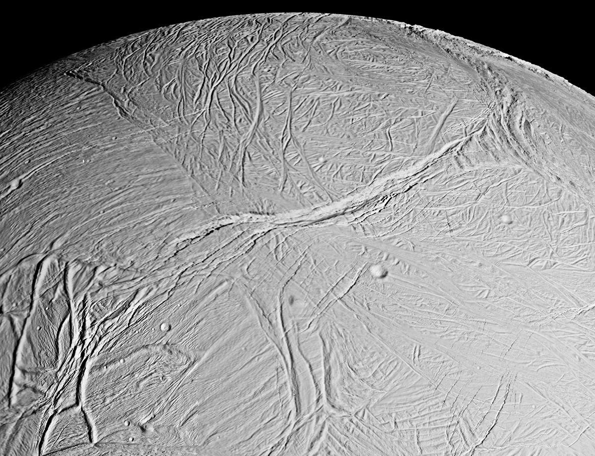 Под ледяной корой спутника Сатурна лежит «мировой» океан, выяснили ученые