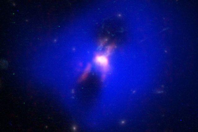 Ученые отыскали черную дыру, способную производить новые звезды