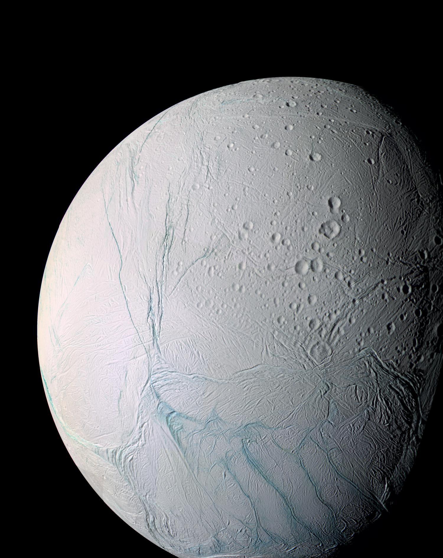 Ученые считают, что спутник Сатурна Энцелад впрошлом перевернулся