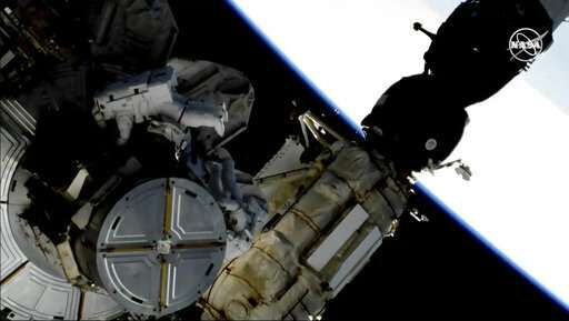 Астронавты выходят в открытый космос для замены батарей на МКС