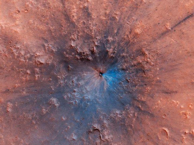 noviy-krater-na-marse-obrazovalsa-posle-padenia-kosmiceskogo-asteroida